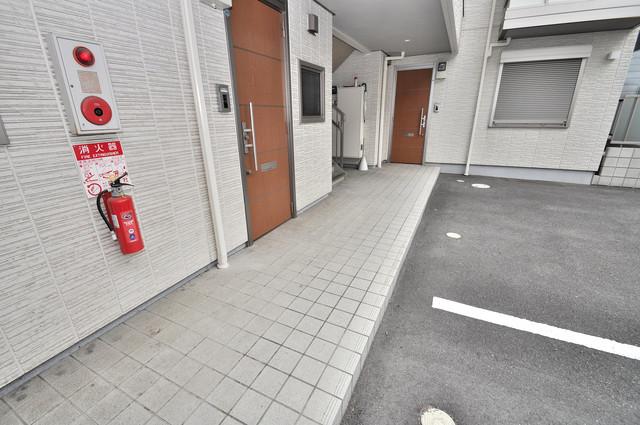 シャーメゾンアマヤハイツ 玄関まで伸びる廊下がきれいに片づけられています。