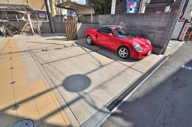 ラヴィ・クレール 敷地内にある駐車場。愛車が目の届く所に置けると安心ですよね。