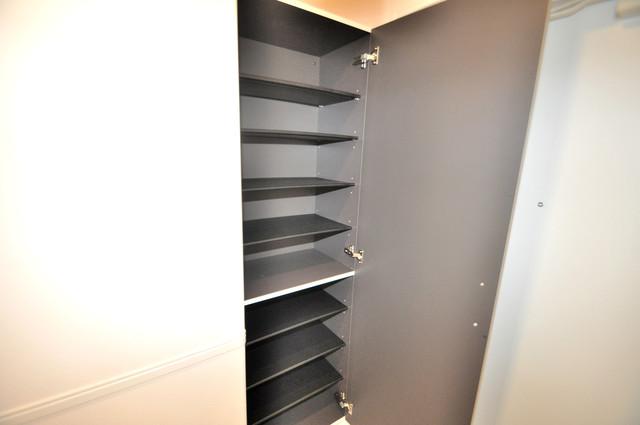 エイチ・ツーオー布施 明るい玄関には大きめのシューズボックスがありますよ。
