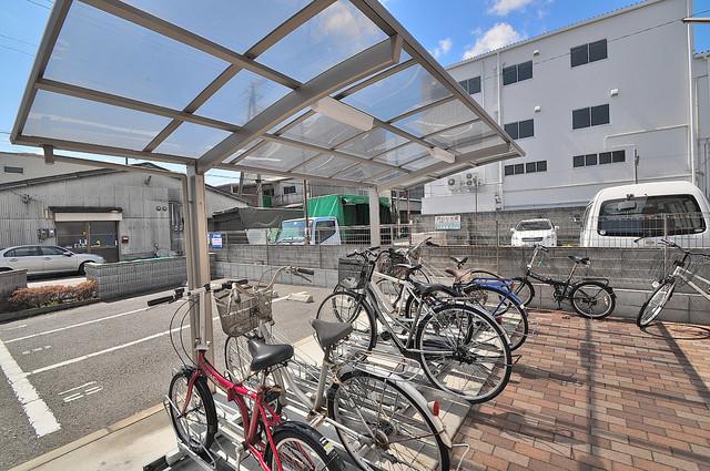 アンプルールフェールU-HA 敷地内にある専用の駐輪場。雨の日にはうれしい屋根つきです。