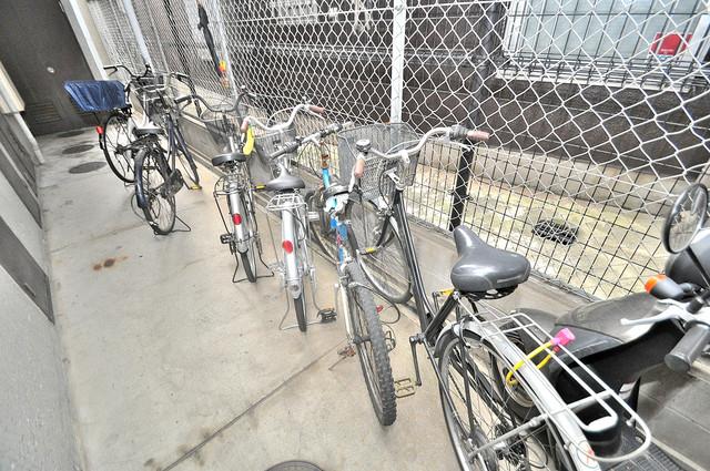 サンポートハイム大今里 屋内にある駐輪場は大切な自転車を雨から守ってくれます。