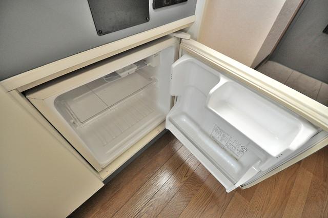 ビクトワール小阪 キッチンの下にはかわいいミニ冷蔵庫付きです。得した気分です