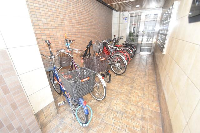 Q's(キューズ) 屋内にある駐輪場は大切な自転車を雨から守ってくれます。