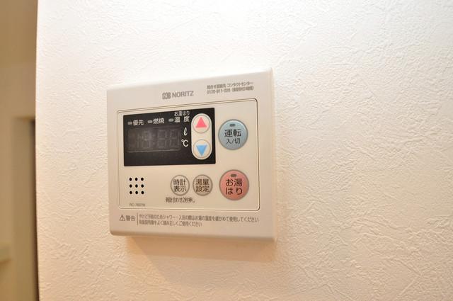 ハーモニーテラス源氏ケ丘 給湯リモコン付。温度調整は指1本、いつでもお好みの温度です。
