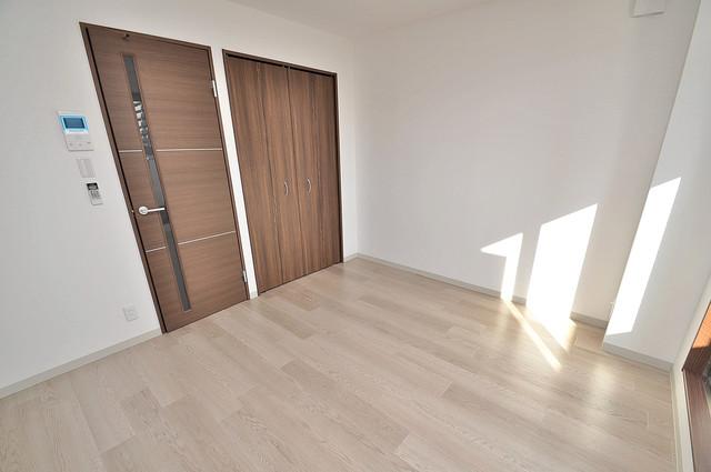 エム・ステージ小路 白を基調としたリビングはお部屋の中がとても明るいですよ。