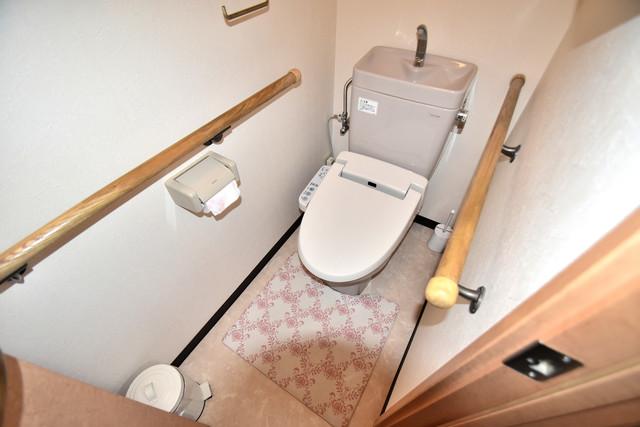 高井田元町2-11-15貸家 清潔感のある爽やかなトイレ。誰もがリラックスできる空間です。