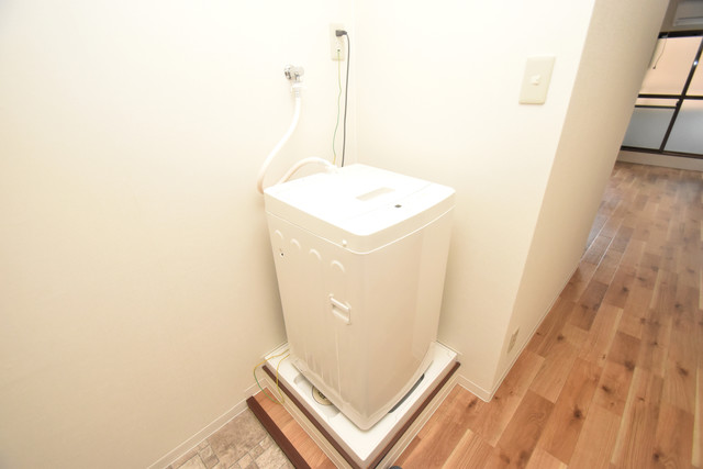 荻田第6ビル 嬉しい室内洗濯機置場。これで洗濯機も長持ちしますね。