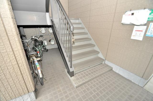 フルールタツミウエスト この階段を登った先にあなたの新生活が待っていますよ。