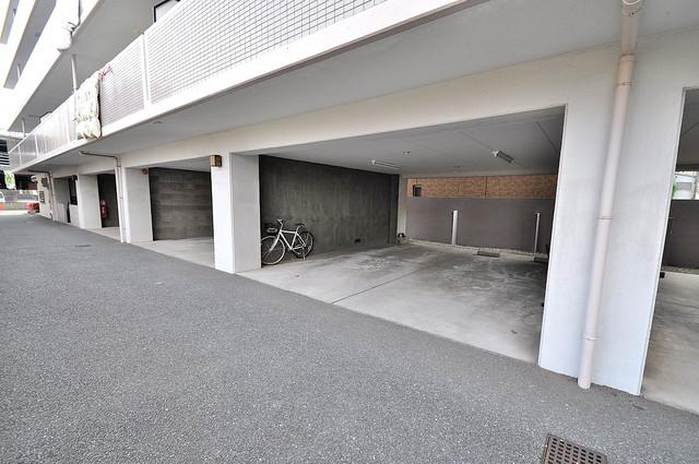 シャンピニヨン岩崎 1階には駐車場があります。屋根付きは嬉しいですね。