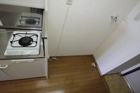 キッチン脇に冷蔵庫と洗濯機を並べて置けます。