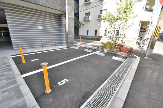 レジュールアッシュOSAKA今里駅前 敷地内には駐車場があり安心ですね。