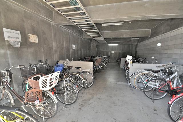 プラムガーデンハイツ 敷地内にある専用の駐輪場。雨の日にはうれしい屋根つきです。