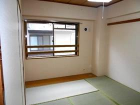 腰高窓の和室