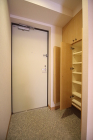 https://image.rentersnet.jp/6ad2c5e1-8f95-498b-be86-065e2c82342b_property_picture_1992_large.jpg_cap_玄関