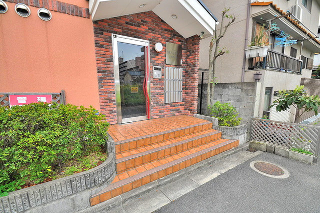 マジェスタ八戸ノ里 エントランス周辺はいつもキレイに片付けられています。