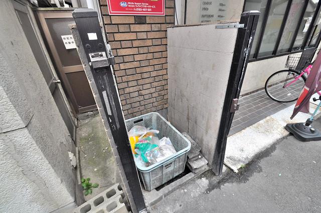19番館 朝が弱い方でも安心夜でも出せる嬉しい敷地内ゴミ置き場。