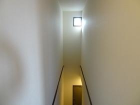 https://image.rentersnet.jp/6c034c32ad67c21598c9d05e7ea7e906_property_picture_1992_large.jpg_cap_階段上部には窓あり!