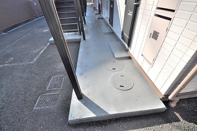 エステートピアナカタC棟 玄関まで伸びる廊下がきれいに片づけられています。