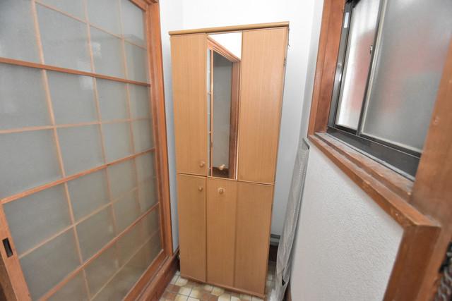 巽北1-29-14 貸家 明るい玄関には大きめのシューズボックスがありますよ。