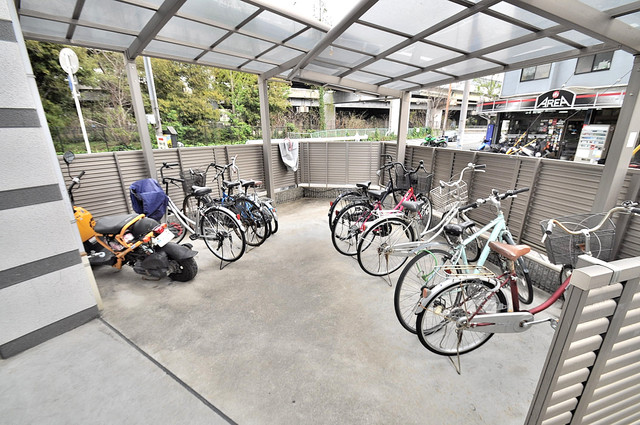 グランデージ長田東 敷地内には専用の駐輪スペースもあります。