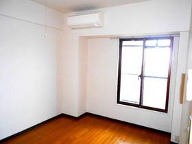 玄関側6帖の洋室(フローリング、エアコンあり)