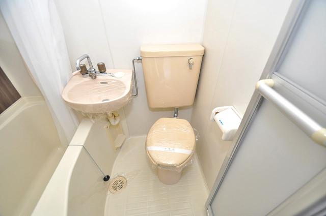 コーポ99 白くてピカピカのトイレですね。癒しの空間になりそう。