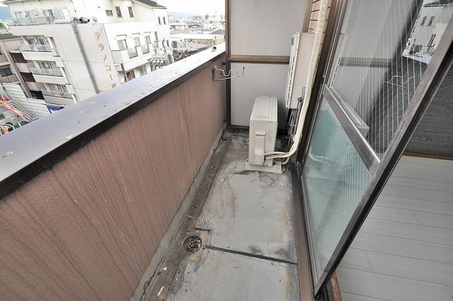 エイチ・ツーオー高井田ビル 心地よい風が吹くバルコニー。洗濯物もよく乾きそうです。