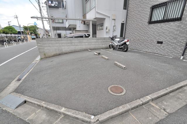 ランドハウス 敷地内には駐車場があり安心ですね。