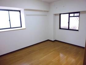 玄関側6.7帖の2面採光の洋室(フローリング)