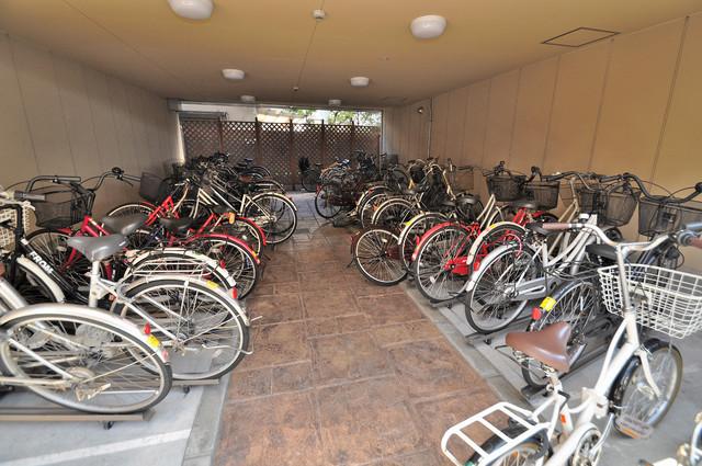 Celeb布施東 屋内にある駐輪場は大切な自転車を雨から守ってくれます。