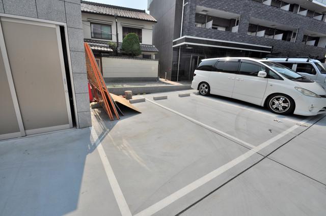 オリエンテム 敷地内には駐車場があり安心ですね。
