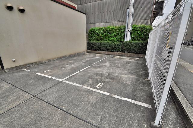 メゾン・ド・ヴィレ 深江 敷地内にある駐車場。愛車が目の届く所に置けると安心ですよね。