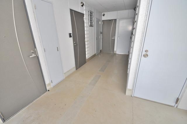 フレンディー 玄関まで伸びる廊下がきれいに片づけられています。