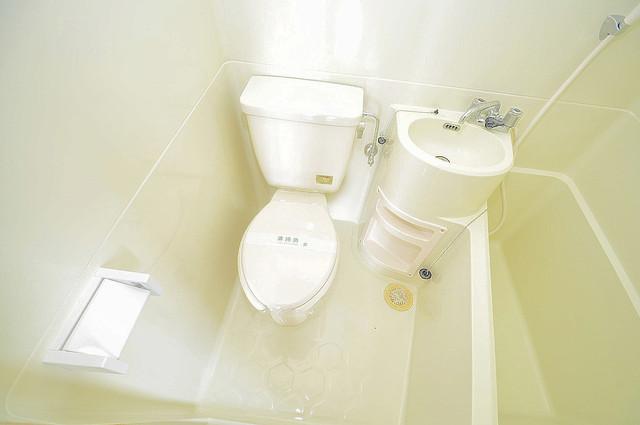 エルドムス陽光一番館 スタンダードなトイレは清潔感があって、リラックス出来ます。