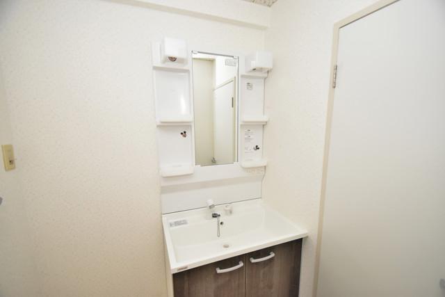 ファミール上小阪 独立した洗面所には洗濯機置場もあり、脱衣場も広めです。