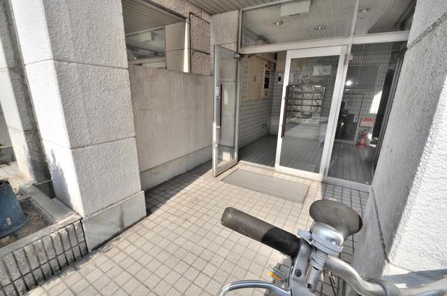 アパートメント生野Ⅲ エントランス周辺はいつもキレイに片付けられています。