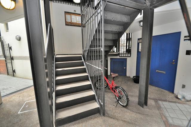 新星ビル上小阪 この階段を登った先にあなたの新生活が待っていますよ。