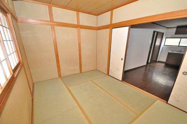 長栄寺8-24 貸家 癒しの和室が2間もあります。
