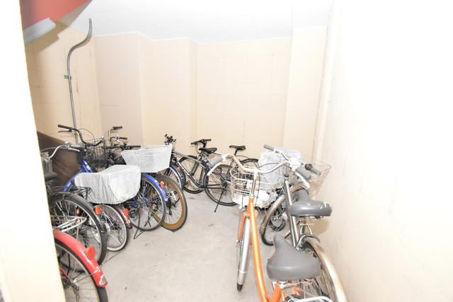 ロイヤルシャトー雅 1階には駐輪場があります。屋内なので、雨の日も安心ですね。
