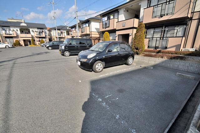 サンビレッジ・ラポール 敷地内にある駐車場。愛車が目の届く所に置けると安心ですよね。