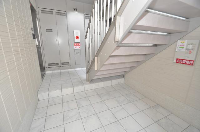 セント コリーヌ E棟 玄関まで伸びる廊下がきれいに片づけられています。