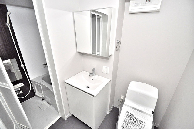 Valenti小阪 独立した洗面所には洗濯機置場もあり、脱衣場も広めです。