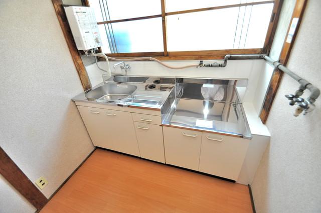 若江本町4-8-40貸家 落ち着いた色合いのキッチン。使い勝手も良いです。