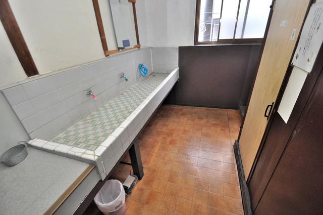 開運荘 広い洗面所は、忙しい朝にも十分対応してくれます。