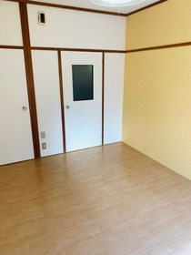 https://image.rentersnet.jp/72bc775f-1ba0-4a98-a89b-e34cfa884130_property_picture_953_large.jpg_cap_アクセントクロスを使いポップな色合いのお部屋です