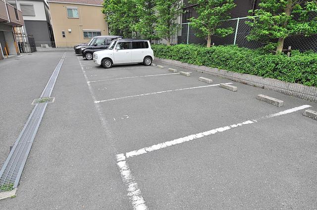 トリニティ加美東 敷地内にある駐車場。愛車が目の届く所に置けると安心ですよね。