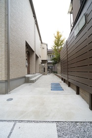https://image.rentersnet.jp/72e892de-8b81-46c6-bd71-fbc8ec828119_property_picture_3276_large.jpg_cap_エントランス