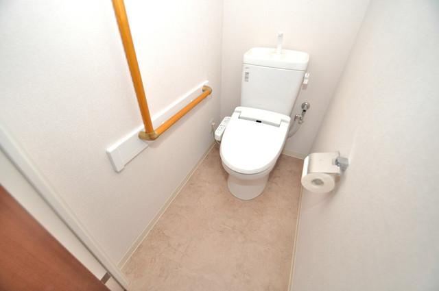 ヴェリテ永和駅前 広いトイレはウォシュレット完備で、収納も充実しています。