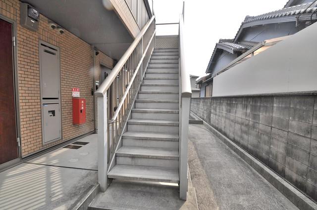 エントピア西堤C この階段を登った先にあなたの新生活が待っていますよ。