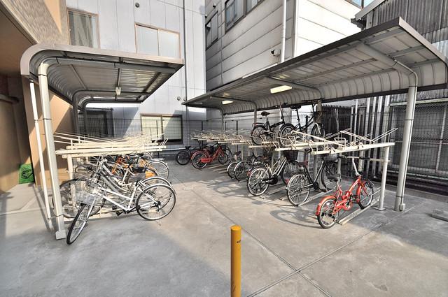 ディナスティ東大阪センターフィールド 屋根付きの駐輪場は大切な自転車を雨から守ってくれます。